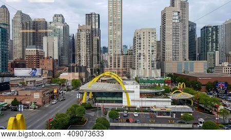 Chicago, Il May 20, 2016, Aerial Elevated View Of The Rock And Roll Mcdonalds In Downtown Chicago Ri