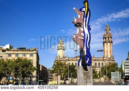 Spain, Barcelona, September, 2020 - Cityscape View On Barcelona Central Post Office And Head Sculptu