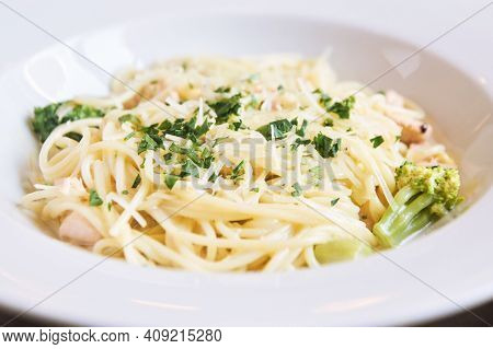Mac And Cheese Food. Pasta With Broccoli Dinner. Cheddar Cream Cook. Home Health Cuisine. Fresh Chic
