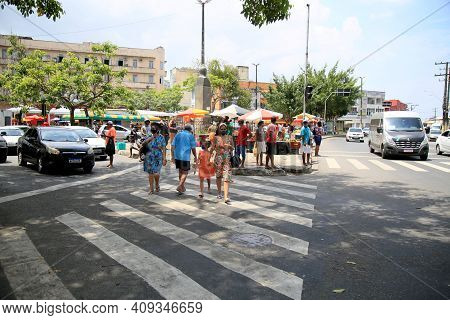 Salvador, Bahia, Brazil - February 17, 2021: People Are Seen Crossing The Street In A Pesdestre Lane