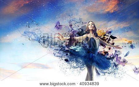 Ballerina mit einem gemalten blauen Kleid