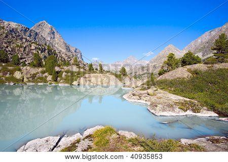 Gebirge und Gletschersee