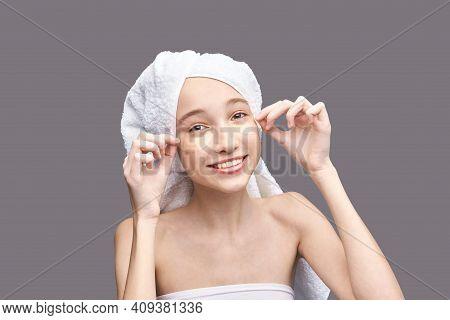 Eye Patch Procedure. Facial Treatment. Dermatology Spa Mask. Detox Therapy. Rejuvenation Skincare Be
