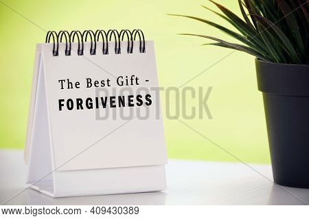 Inspirational Quote On White Paper Stand With Potted Plant And Blurred Background - The Best Gift, F