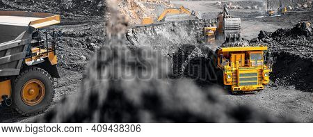 Banner Open Pit Mine Industry, Big Yellow Mining Truck For Coal Anthracit