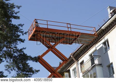Cosmetic And Major Repairs Of Facades Of Multi-storey Municipal Housing. Construction Cradle Lift.