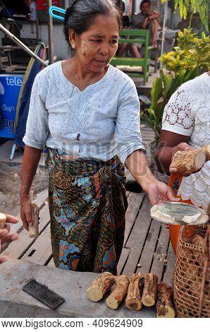 Burmese Woman Vendor Sale Thanakha Wood Food For Burma People And Foreign Travelers Walking Select A
