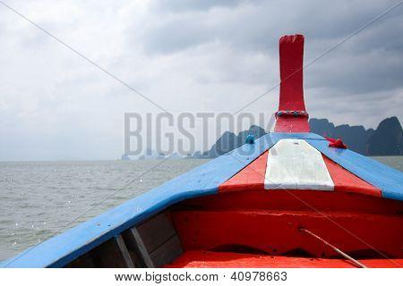 Het hoofd van een boot In de zee