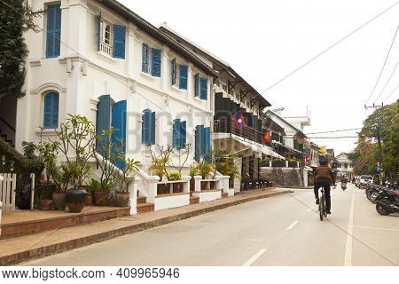 Luang Prabang, Laos - Jan 1,2017 : Street View Of People Walking On Sisavangvong Road, An Old Town D