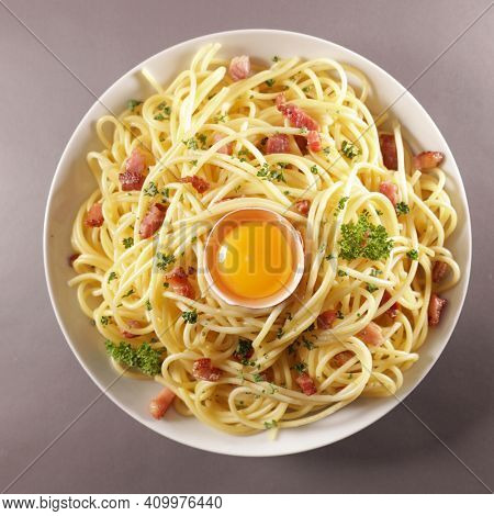 spaghetti with cream, cheese, bacon and egg