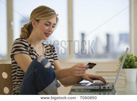 Kobieta zakupy Online z domu