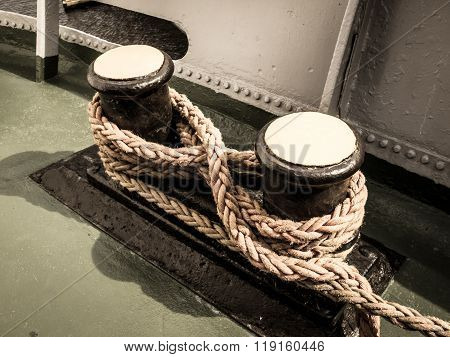 Old winch with ship rope