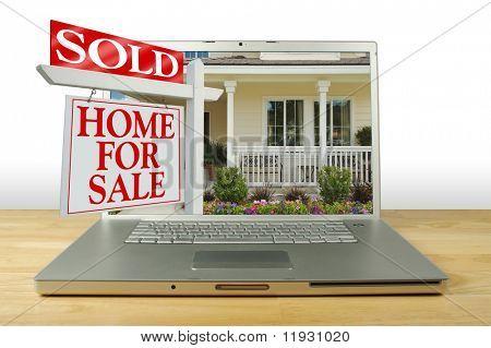 Verkocht huis voor verkoop teken, nieuwe huis op Laptop. Zie mijn thema variaties.