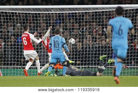 LONDON, ENGLAND - FEBRUARY 23: Lionel Messi of Barcelona scores a goal during the Champions League match between Arsenal and Barcelona at The Emirates Stadium