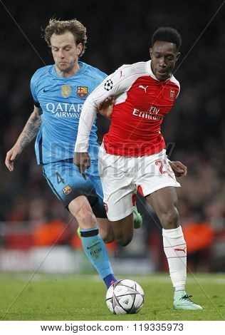 LONDON, ENGLAND - FEBRUARY 23: Ivan Rakitic of Barcelona and Danny Welbeck of Arsenal compete for the ball during the Champions League match between Arsenal and Barcelona at The Emirates Stadium