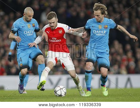 LONDON, ENGLAND - FEBRUARY 23: Javier Mascherano and Ivan Rakitic of Barcelona compete for the ball with Aaron Ramsey of Arsenal during the Champions League match between Arsenal and Barcelona