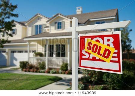 Huis voor verkoop onroerend goed teken voor nieuwe huis verkocht.