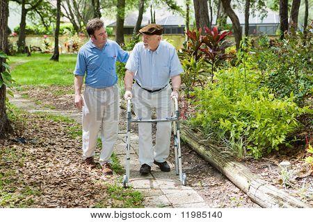 Ältere Vater und Erwachsener Sohn heraus für einen Spaziergang im Park.
