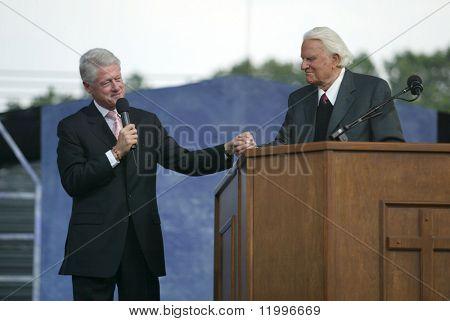NUEVA YORK - 25 de junio: El ex Presidente Bill Clinton (L) de U.S. habla con el Reverendo Billy Graham en la calle