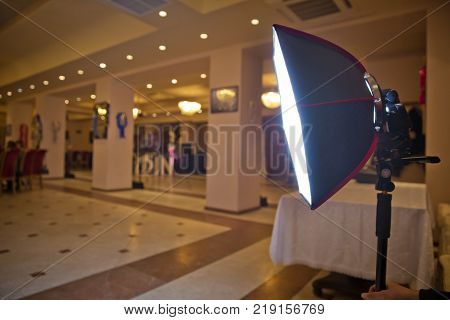The birthday uses a soft-box for shooting . Soft-box Diffuser for Speed-light Speed-lite Quantum Flash