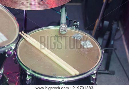 Tom-Tom drum white drum, call, microphone. Musical drum set.