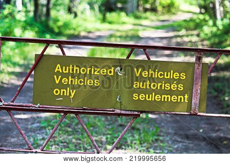Authorized vehicles only sign in both french and english,