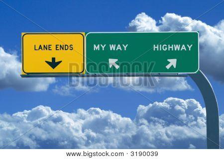 Sinal de estrada em azul céu nublado lendo minha maneira ou a estrada
