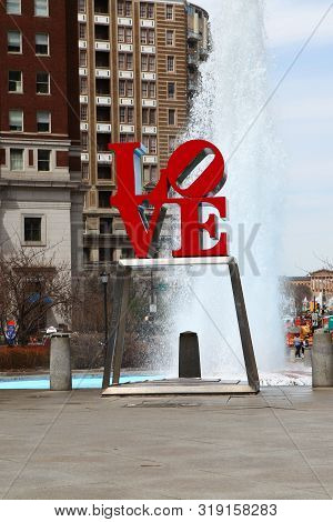 Philadelphia, Pennsylvania/united States - April 15: A Vertical Of The Love Sculpture In Philadelphi