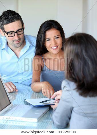Paar im Büro Unterzeichnung der Vertragsunterlagen