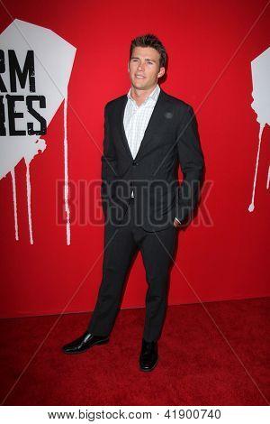 LOS ANGELES - 29 de JAN: Scott Eastwood chega na