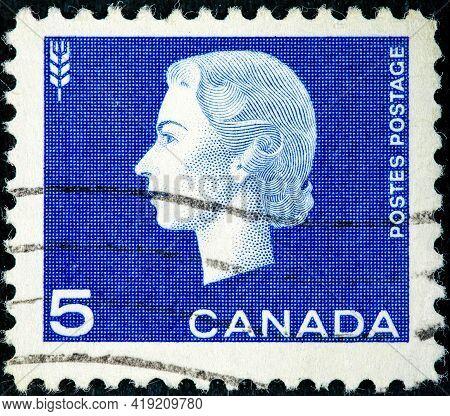Canada - Circa 1962: A Post Stamp Printed In Canada Shows A Portrait Of Queen Elizabeth Ii The Serie