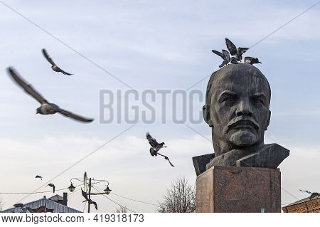 Kirzhach, Vladimir Region, Russia - April, 2021: Pigeons Sit On The Monument To Lenin's Head In The
