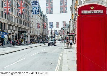London, Uk - 24 June, 2018: Pre Pandemic London With Big Crowd, Lots Of People, Such As Tourists And