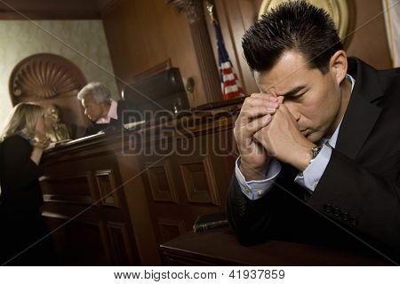 Unglücklich Rechtsanwalt im Gerichtssaal sitzen