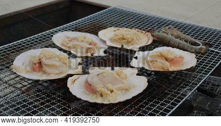 Fresh scallop on barbecue net