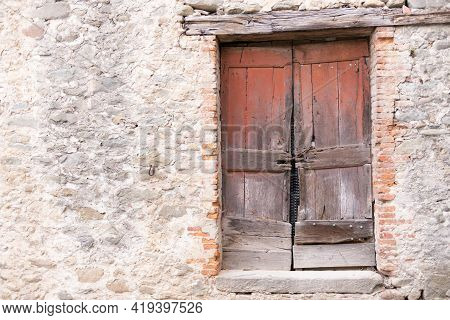 Old Wooden Door. An Old And Dilapidated Wooden Door In An Old House In Tuscany.