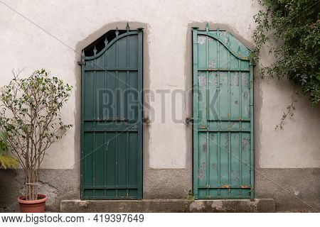 Very Strange Gate. The Metal Gate Was Cut In Half And The Entrance Was Blocked. How To Divide The In