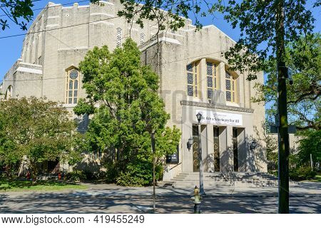 New Orleans, La - April 25: Full View Of Temple Sinai On St. Charles Avenue On April 25, 2021 In New