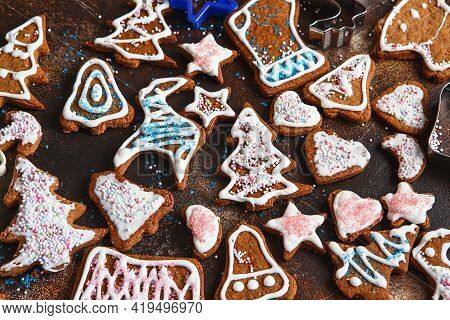 Christmas Homemade Gingerbread Cookies. Clazed Decorating Gingerbread Homemade Cookies For Christmas