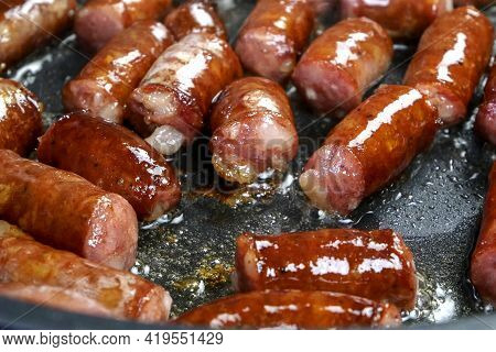 Delicious Fatty Hunting Sausages, Cut Into Pieces, Are Fried In Frying Pan In Vegetable Oil. Fast Nu