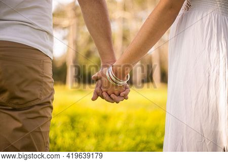 Couple Holding Hands Hands Of The Groom And Bride Beautiful Couples Holding Hand White Hands New Pic