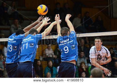 KAPOSVAR, Hongrie - 1 février : Csanad David (R) en action à un milieu Ligue européenne de volley-ball ga