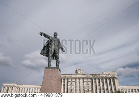 Saint-petersburg, Russia, 26 August 2020: Monument To Lenin In Moscow Square On Background Of Cloudy