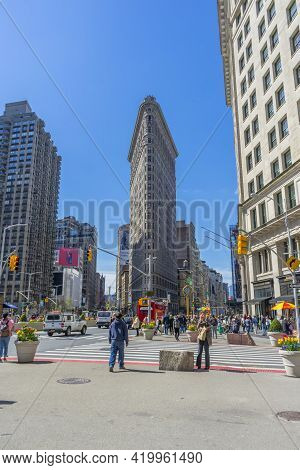 New York City, Ny, Usa - April 26,2018 : The Famous Flatiron Building And Street View On A Spring Da