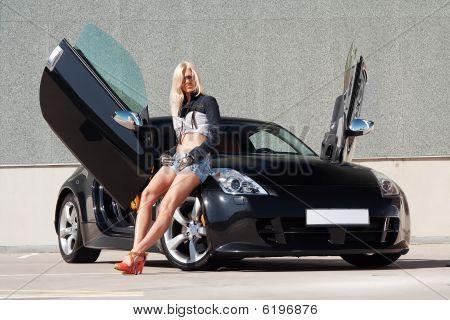 Babe in der Nähe von super-Auto