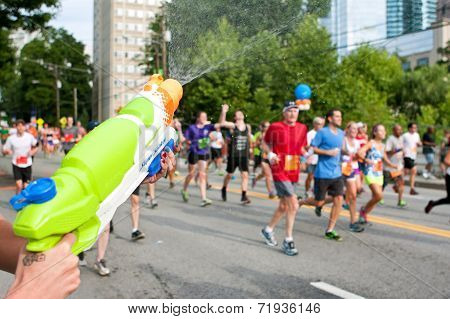 Squirt Gun Soaks Runners In Atlanta Peachtree Road Race