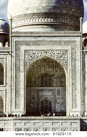 Local People Visit The Taj Mahal