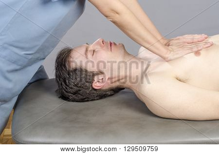 Physiotherapist is doing a lung viscero fascia.