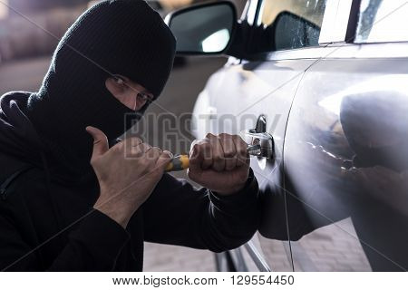 Car Thief Tries To Open Car With Screwdriver