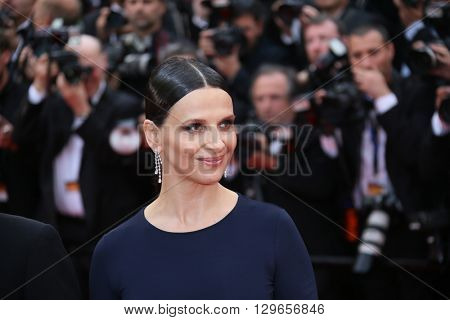 Juliette Binoche attends the 'Slack Bay (Ma Loute)' premiere during the 69th annual Cannes Film Festival at the Palais des Festivals on May 13, 2016 in Cannes, France.